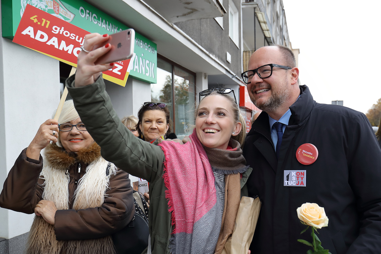 Uliczne selfie z prezydentem Adamowiczem - to był częsty widok, nie tylko podczas kampanii wyborczych. Ta akurat sytuacja miała miejsce na ul. Podwale Staromiejskie, na wysokości gdańskiej Hali Targowej