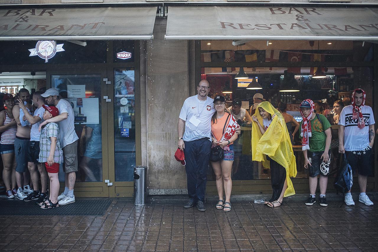Paweł Adamowicz ze starszą córką Antoniną podczas EURO 2012 - tego dnia nad Gdańskiem przeszła wielka ulewa, więc podobnie jak inni kibice znaleźli schronienie pod markizami lokalu gastronomicznego, mieszczącego się w gmachu Teatru Wybrzeże