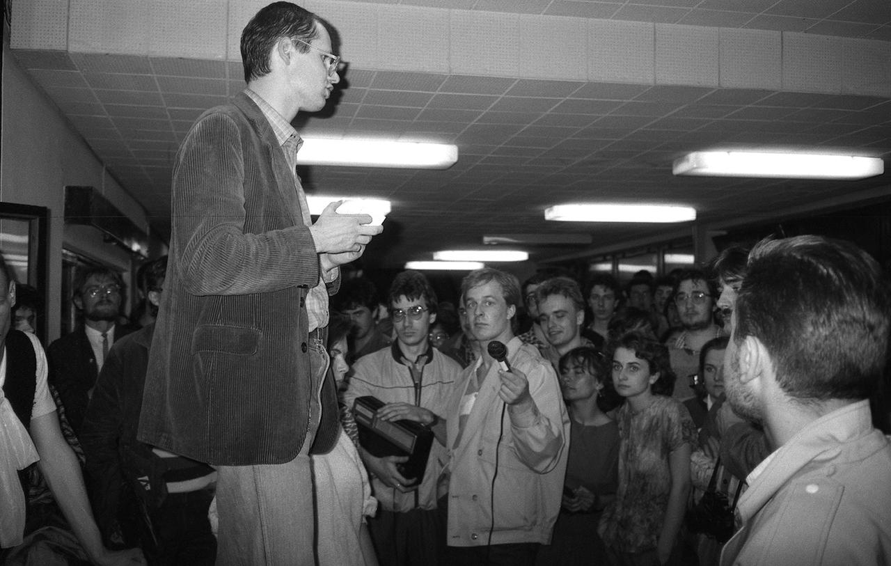 W antypeerelowską działalność opozycyjną zaangażował się jeszcze jako licealista, idąc za przykładem starszego brata Piotra, którego internowano w stanie wojennym. W maju 1988 roku Paweł Adamowicz stanął na czele strajku okupacyjnego studentów Uniwersytetu Gdańskiego