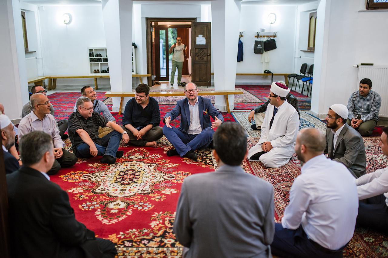Paweł Adamowicz jako gość meczetu w Oliwie. Muzułmańska wspólnota ugościła prezydenta wieczornym obiadem na zakończenie ramadanu w lipcu 2016 roku