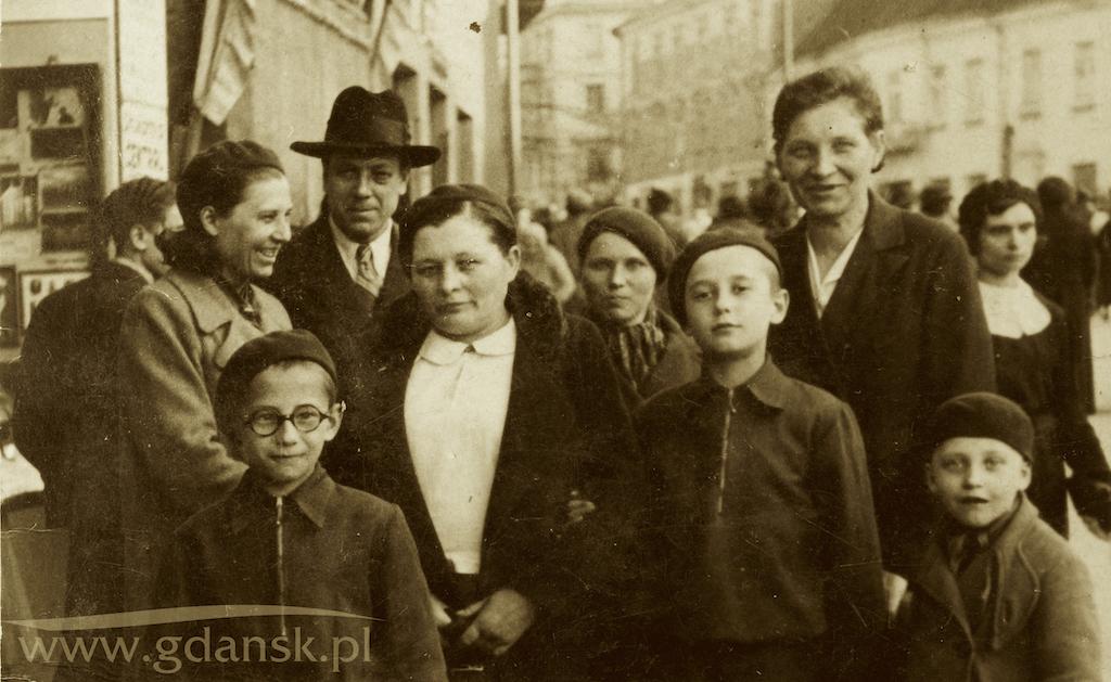 Rodzina Adamowiczów z krewnymi na ul. Wielkiej w Wilnie, w drugiej połowie lat 30. XX wieku. Mężczyzna w kapeluszu to dziadek Wincenty, który po wojnie dał się namówić prof. Włodzimierzowi Mozołowskiemu na przyjazd do Gdańska. Przed nim - w płaszczu i białej koszuli - babcia Pelagia. Najwyższy z chłopców to Ryszard, w przyszłości ojciec Pawła Adamowicza. Chłopiec w okularach, to Leon, brat Ryszarda