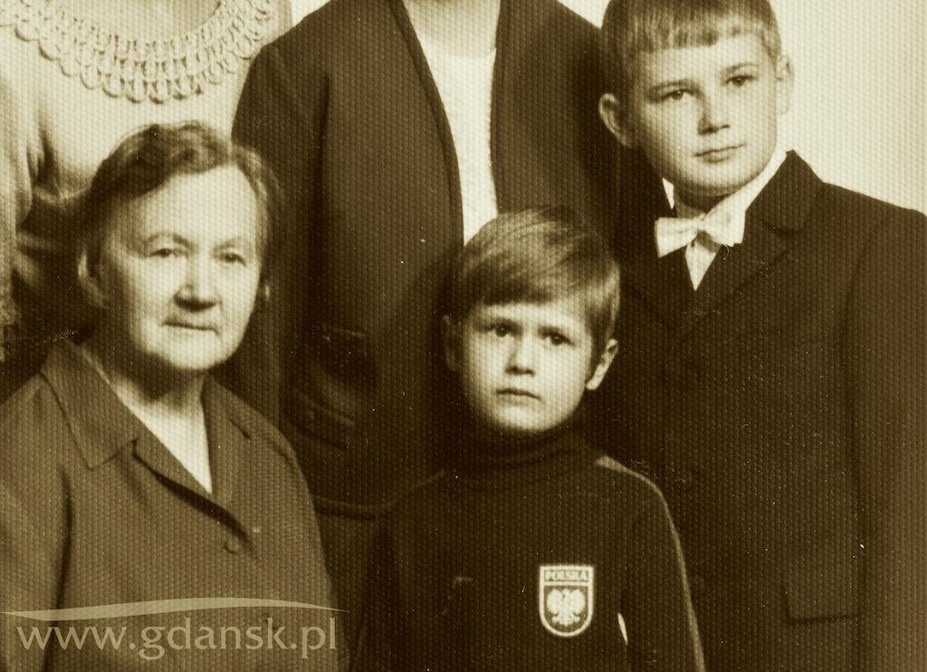 Mały Paweł Adamowicz pozuje w Gdańsku do zdjęcia rodzinnego, obok niego są: babcia Julia (ze strony matki, Teresy Adamowicz) i starszy brat Piotr. Końcówka lat 60. XX wieku