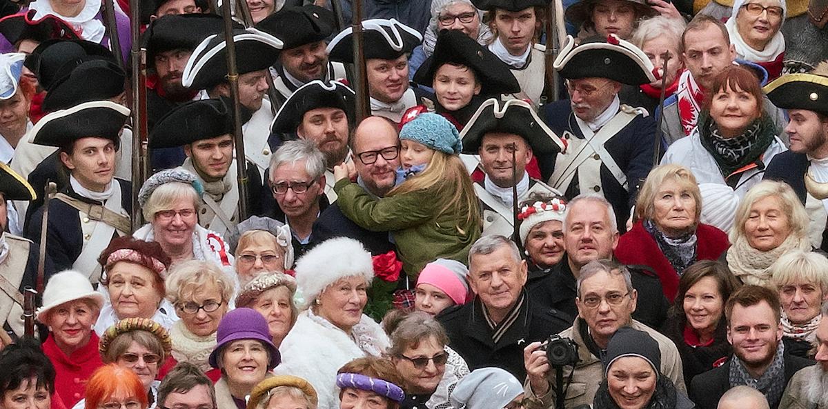 Paweł Adamowicz z młodszą córką Tereską, podczas realizacji Rodzinnego Zdjęcia Gdańszczan na Długim Targu. Była to impreza towarzysząca Paradzie Niepodległości na 100-lecie odzyskania przez Polskę niepodległości, 11 listopada 2018 roku