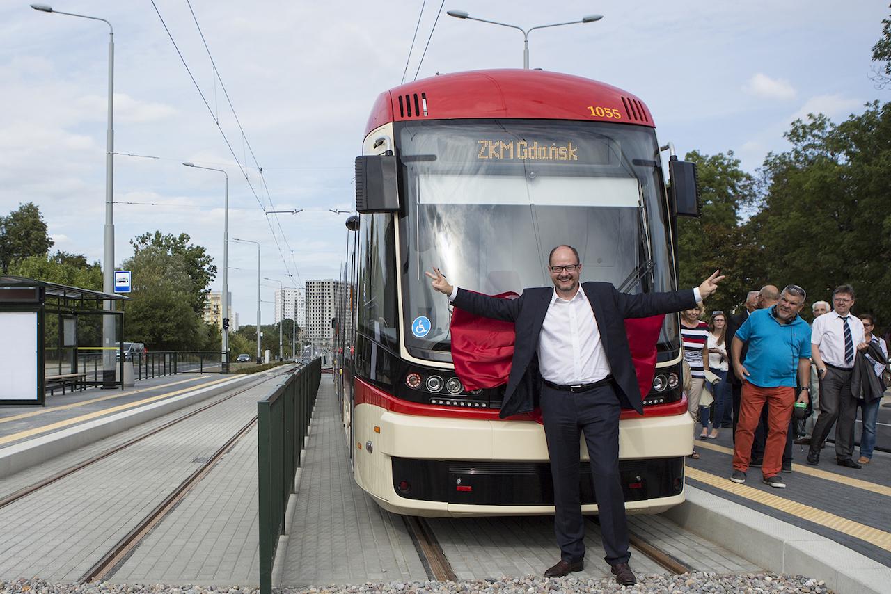 Radosny moment: otwarcie linii tramwajowej na Morenę w roku 2015. Prezydent patrzy w stronę nieistniejącej jeszcze wtedy ulicy, łączącej Morenę z Jasieniem. Nie mógł wiedzieć, że ta ulica zostanie nazwana al. Pawła Adamowicza